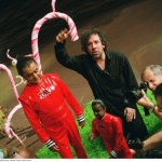 """Deep Roy als Oompa Loompa mit Regisseur Tim Burton am Set von """"Charlie und die Schokoladenfabrik"""""""