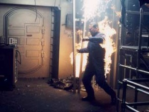 Staffel 3, Episode 18: Azati Prime (Azati Prime) - Spiel mit dem Feuer: Stunt-Coordinator Vince Deadrick Jr. steht in Flammen