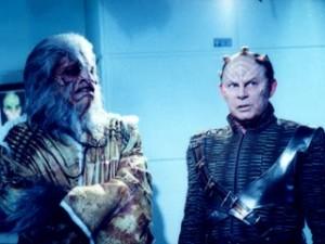 Staffel 3, Episode 20: Die Vergessenen (The Forgotten) - Rick Worthy und Randy Oglesby auf dem Set der Enterprise-Leichenkammer