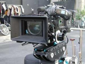 Staffel 4, Episode 1: Sturmfront (Storm Front) - Die neue digitale Sony 900 Kamera